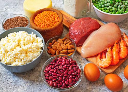 Fuentes de proteína vegetal y animal - frijoles, queso, pollo, nueces, huevos, carne de res, camarones, guisantes - pérdida de peso no saludable