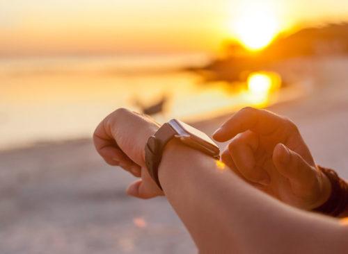 Mire su reloj mientras hace ejercicio en la playa: pérdida de peso poco saludable
