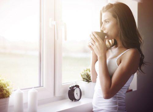 Mujer bebe té - pérdida de peso no saludable