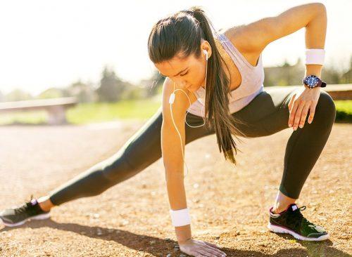 Mujer estirando antes de trotar - pérdida de peso poco saludable