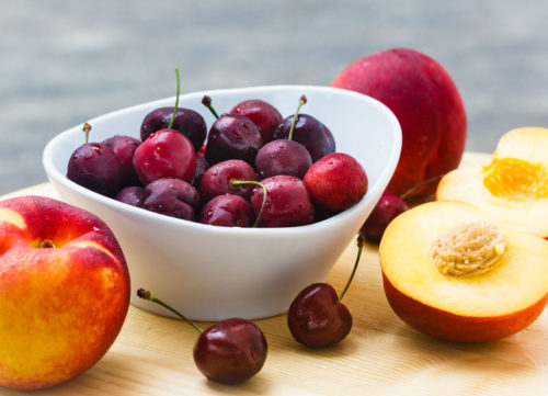 Frutas y frutas de melocotones en una tabla de madera - pérdida de peso poco saludable