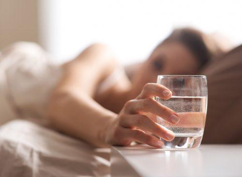Mesita de noche de vaso de agua