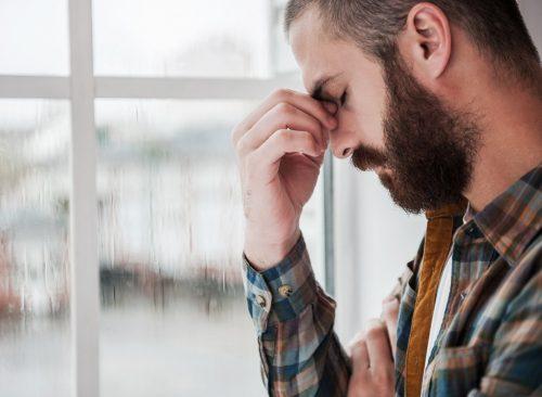 Hombre triste deprimido