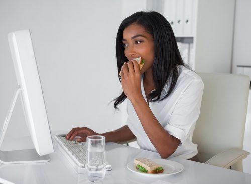 Mujer come en la oficina
