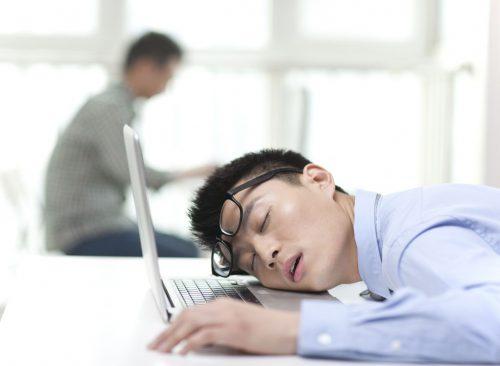 El hombre que duerme en la mesa está cansado
