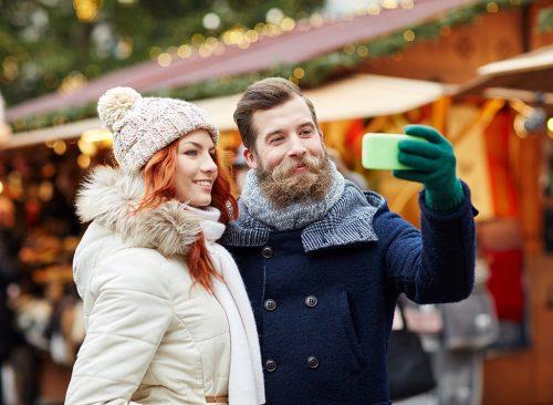 Pareja hace selfie en invierno