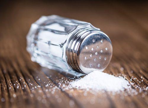Escurre la sal de un salero.