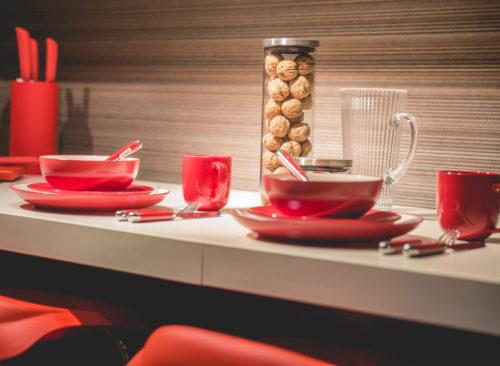 Platos y tazas rojos