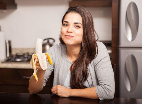 Mujer come banana
