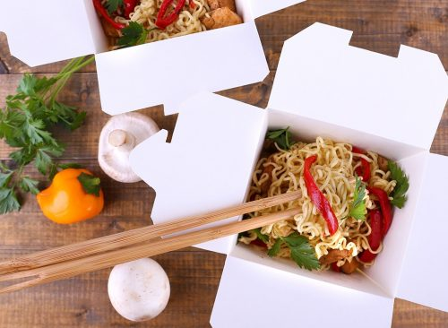 Comida china para llevar con palillos