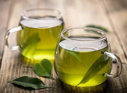 Té verde en una taza